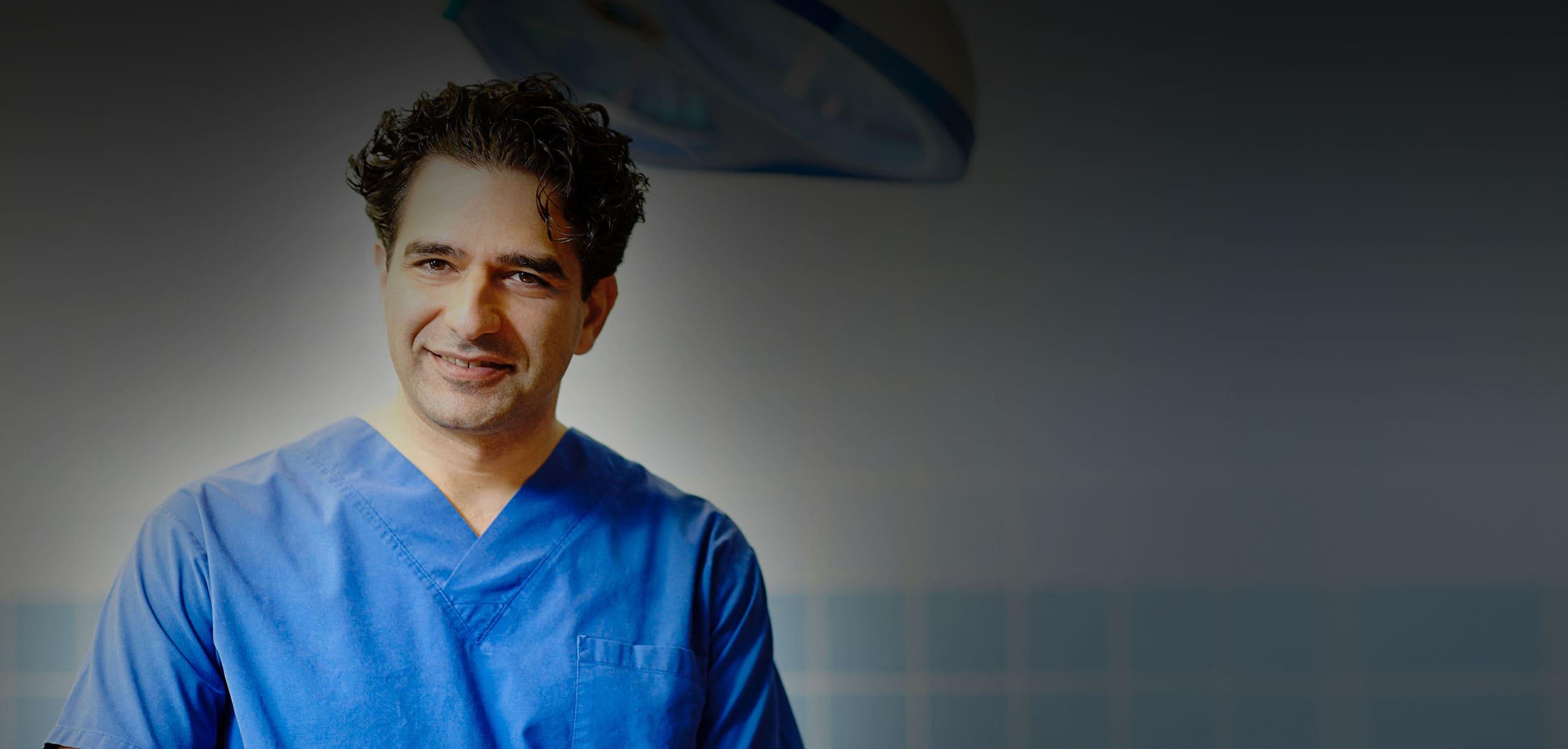 Dr. Hambarchian in blauem Chirurgenkittel im Schönheit OP-Saal